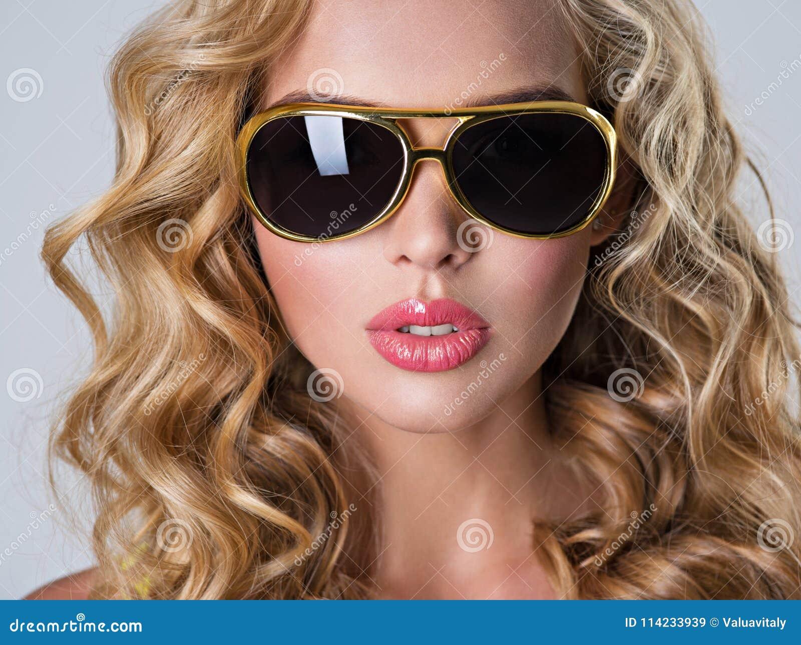 Ondulado Pelo Con El Largo Rubia De Imagen Hermosa Mujer Archivo eY2W9IbEDH