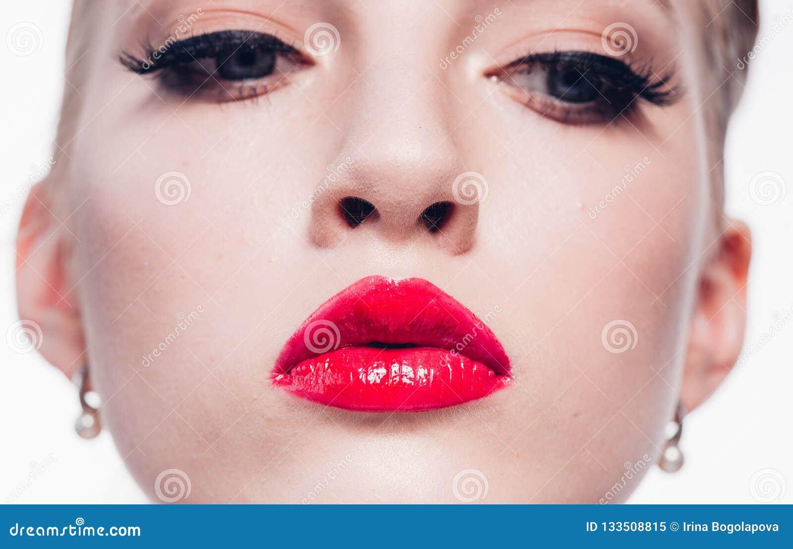 Mujer rubia hermosa con la barra de labios roja y la pocilga clásica de la moda
