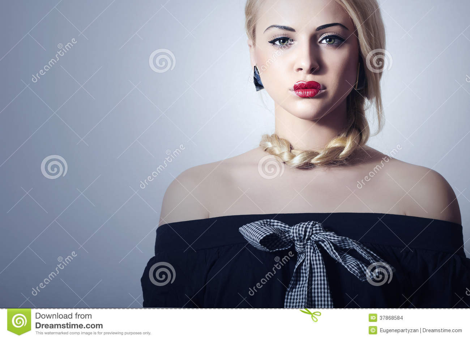 Mujer rubia hermosa con maquillaje atractivo rojo de Tress.Beauty Lips.Valentines Day.Professional. Muchacha anormal con el corazó