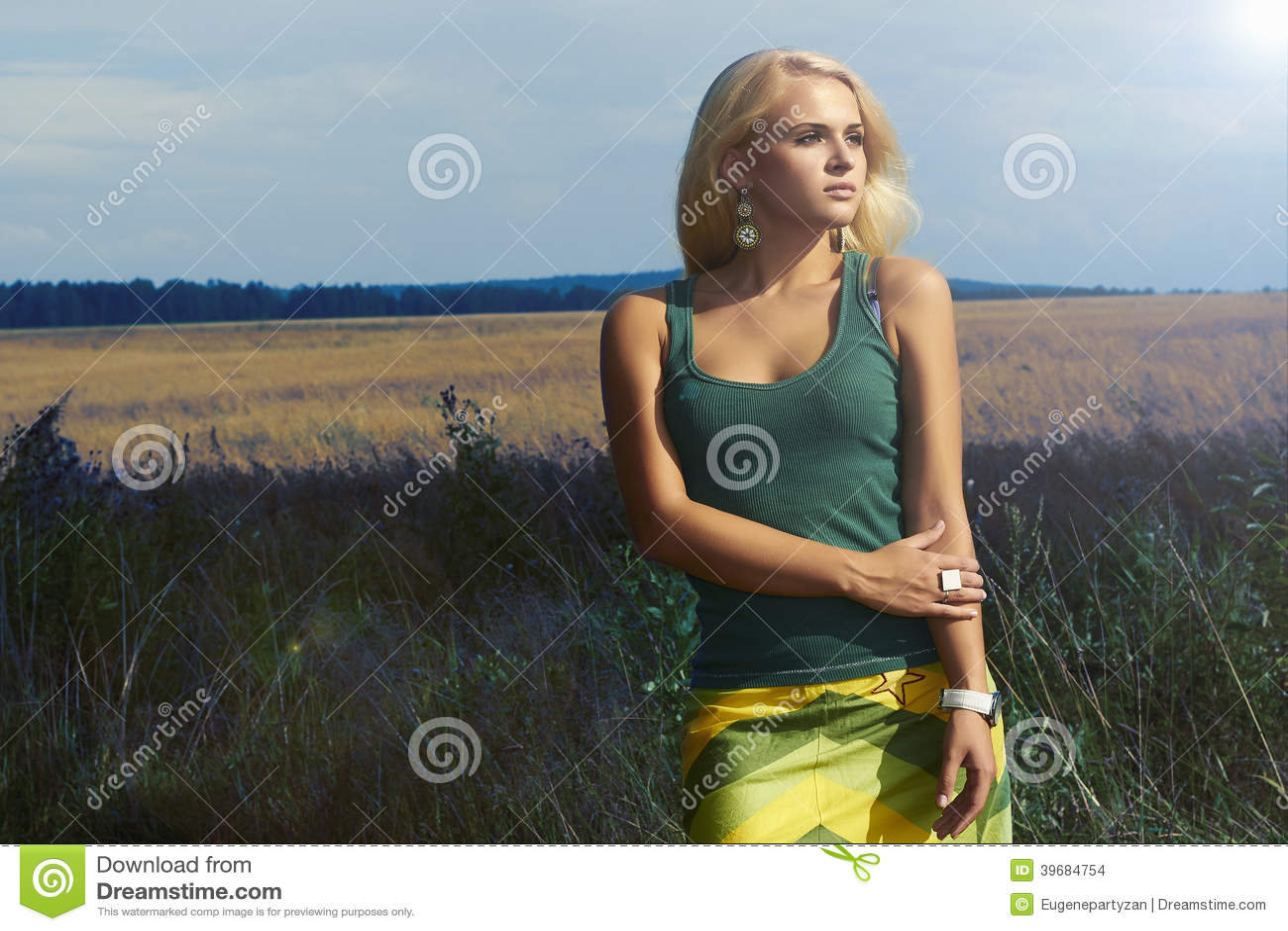 Mujer rubia hermosa en el field.Summer.Flowers