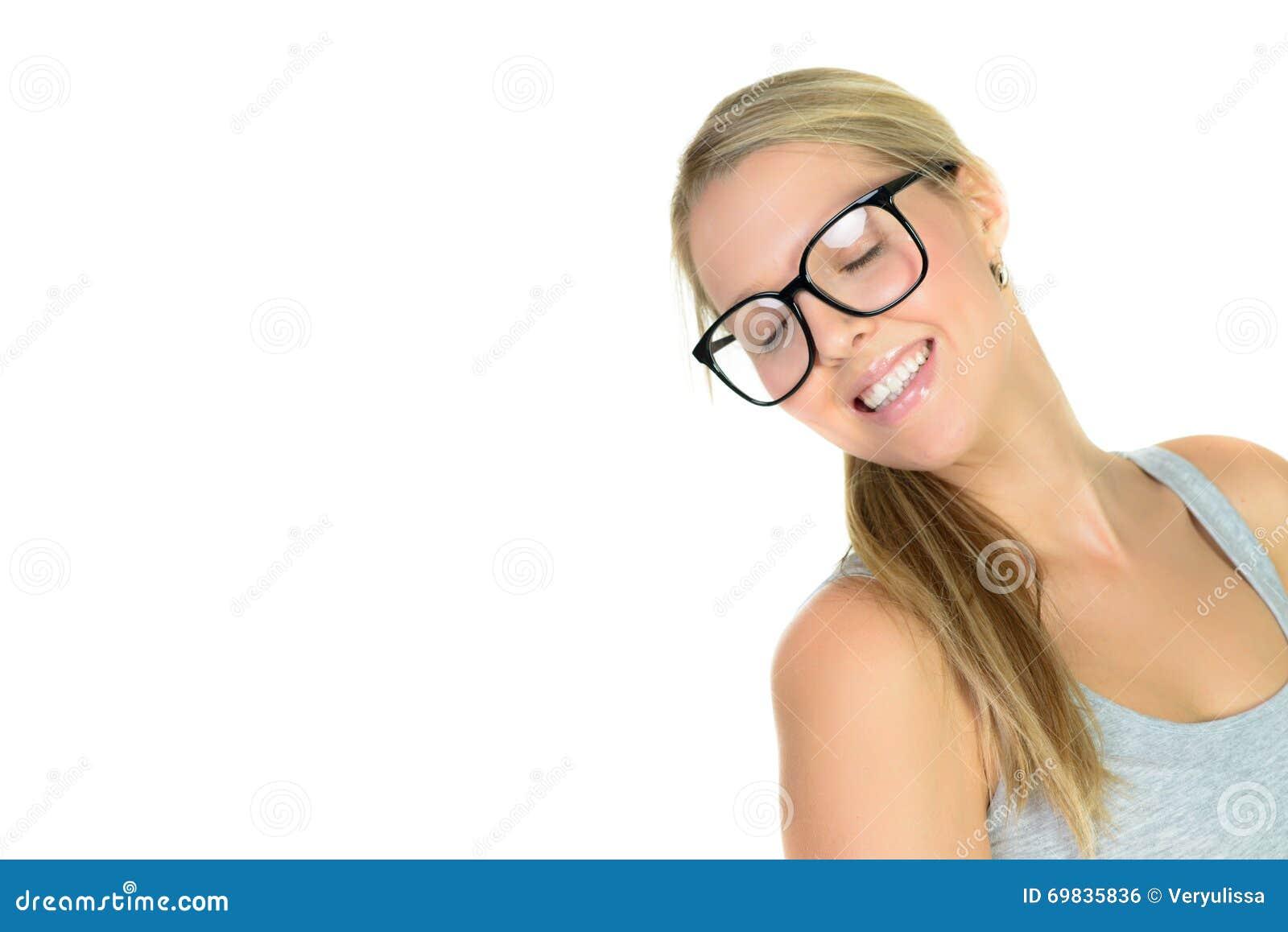 Mujer rubia hermosa en sonrisas de los vidrios