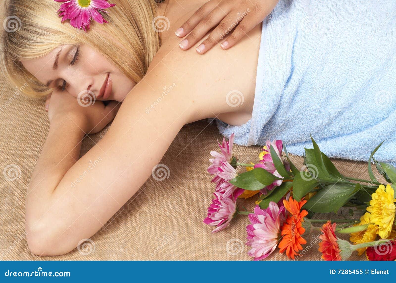 Mujer rubia hermosa en un balneario