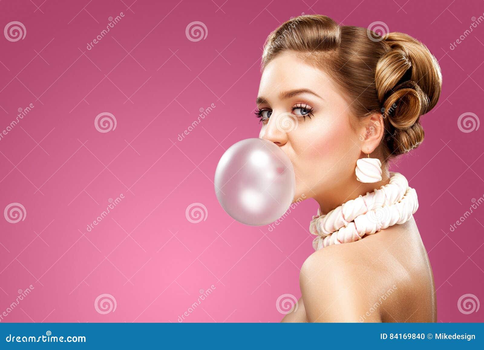 Mujer rubia hermosa que sopla el chicle rosado Retrato de la manera