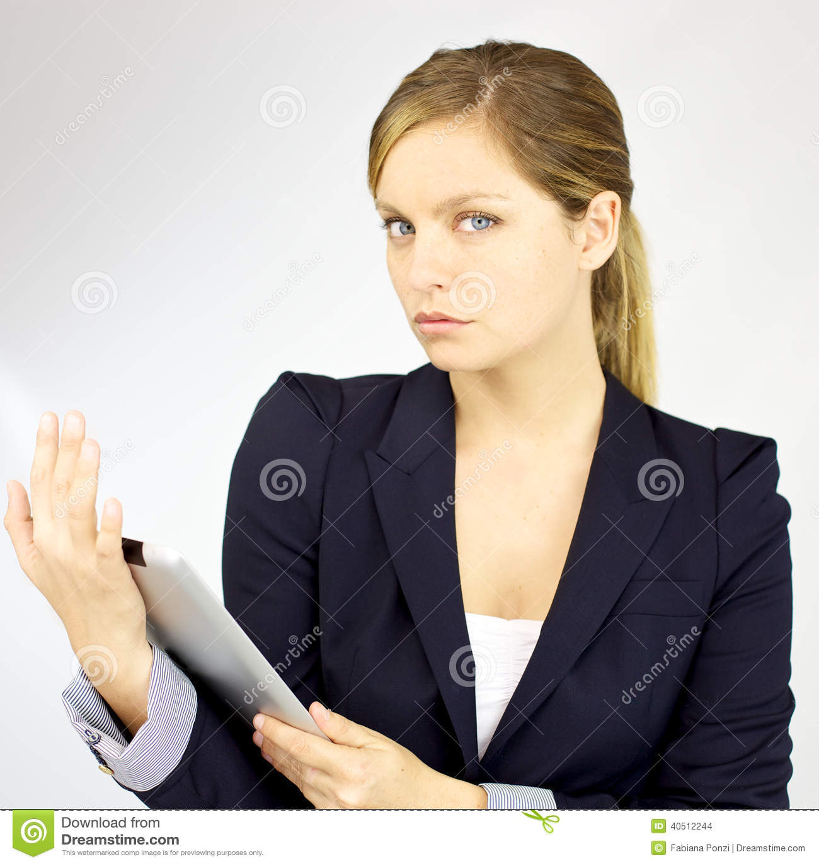 Mujer rubia hermosa seria con la tableta aislada