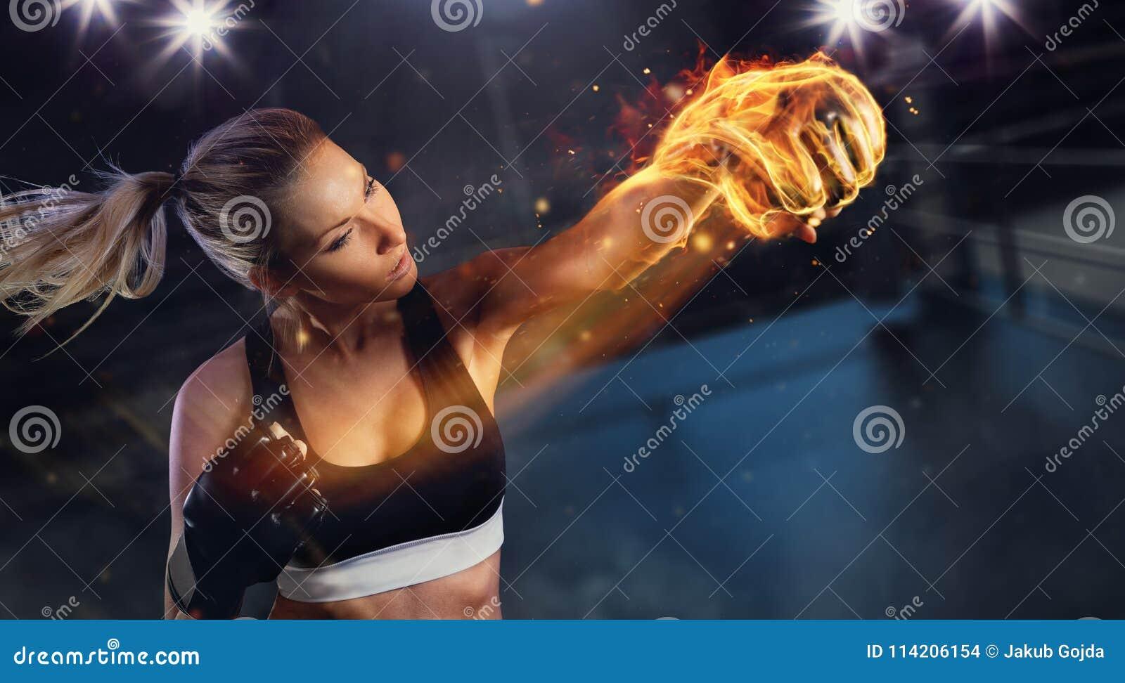 Mujer rubia joven con el puño del fuego
