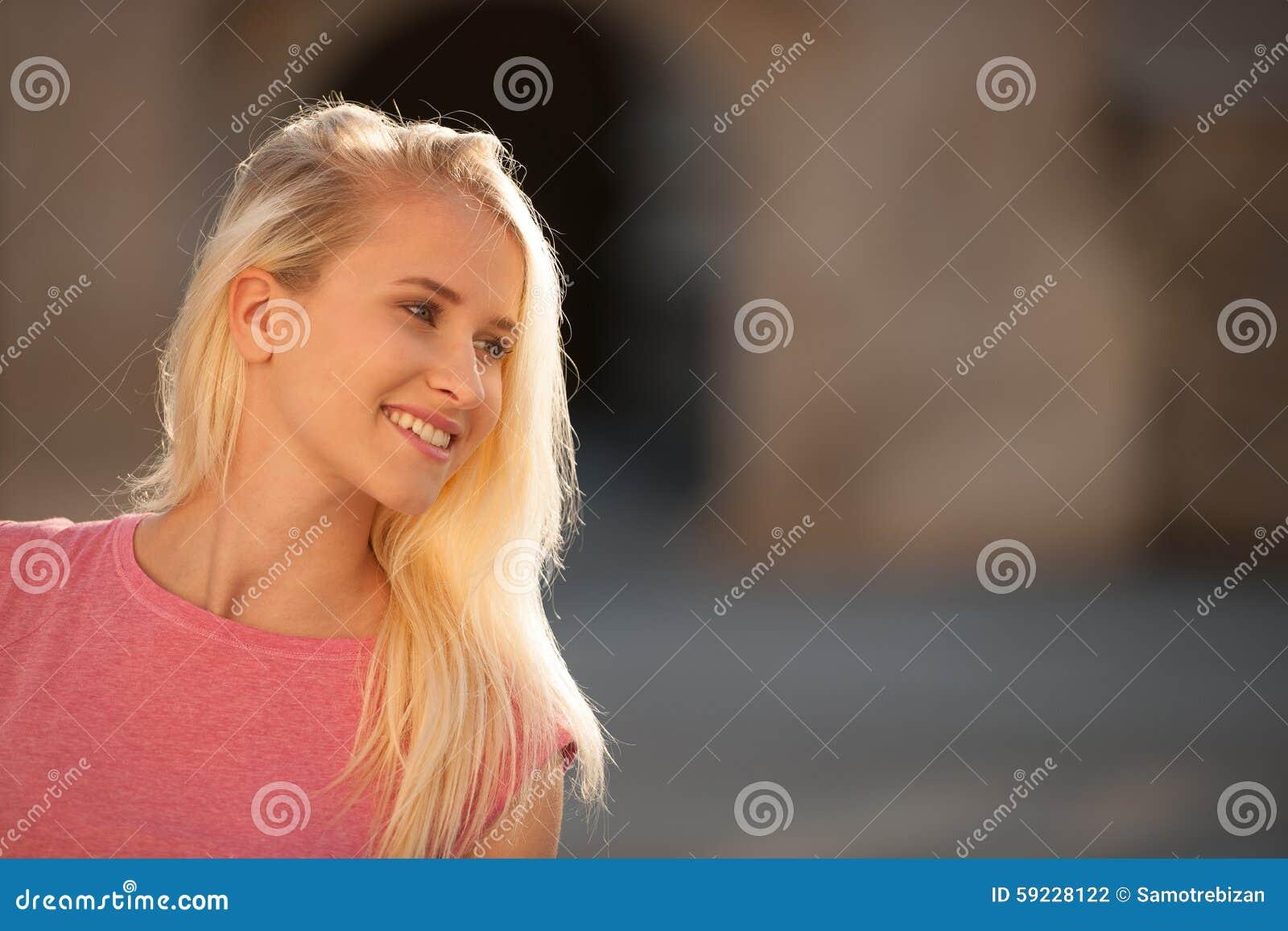 Download Mujer Rubia Joven Hermosa En Un Arownd Del Paseo La Ciudad Cerca Al Castillo En Día Soleado Del Verano Foto de archivo - Imagen de holandés, hermoso: 59228122