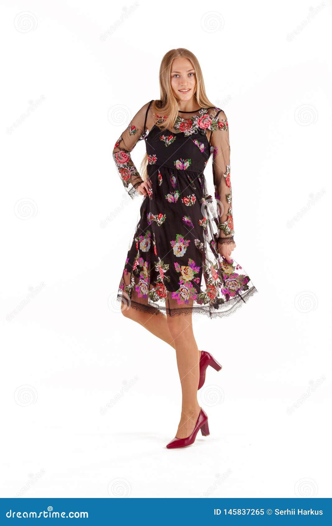 Mujer Rubia Joven Hermosa En Vestido Negro Con El Bordado De