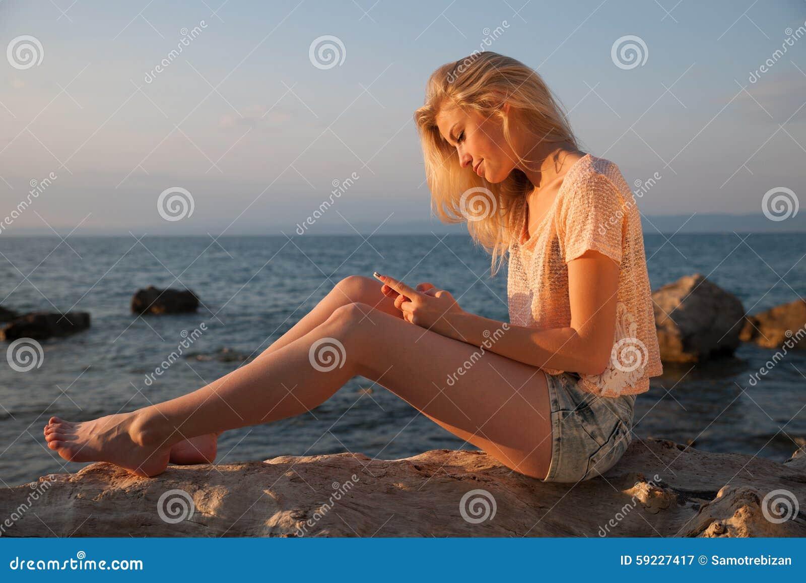 Download Mujer Rubia Joven Hermosa Que Descansa Sobre Una Playa En La Oscuridad Adentro Temprano Imagen de archivo - Imagen de pelo, fondo: 59227417