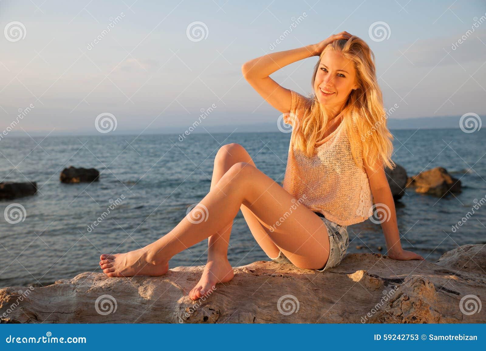 Download Mujer Rubia Joven Hermosa Que Descansa Sobre Una Playa En La Oscuridad Adentro Temprano Imagen de archivo - Imagen de belleza, outdoors: 59242753
