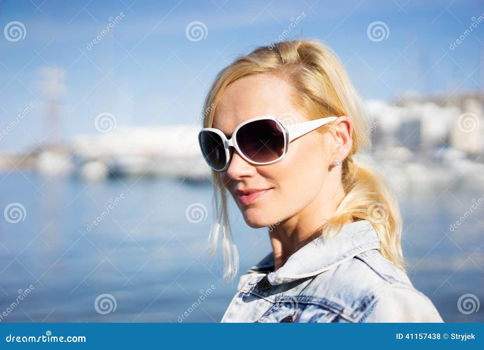 Gafas fotos hermosa adolescente veronique