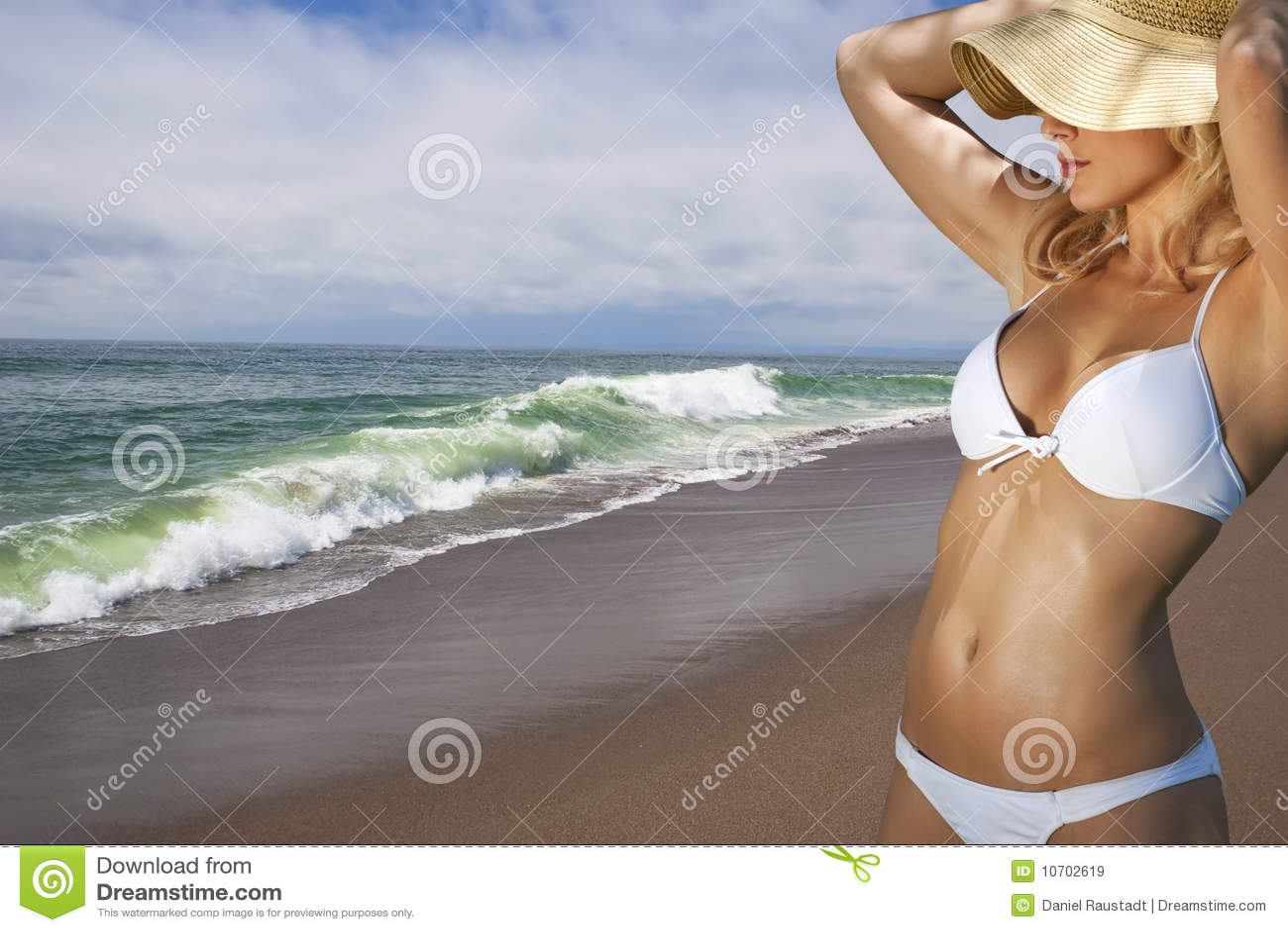 Mujer rubia joven vacationing en la playa