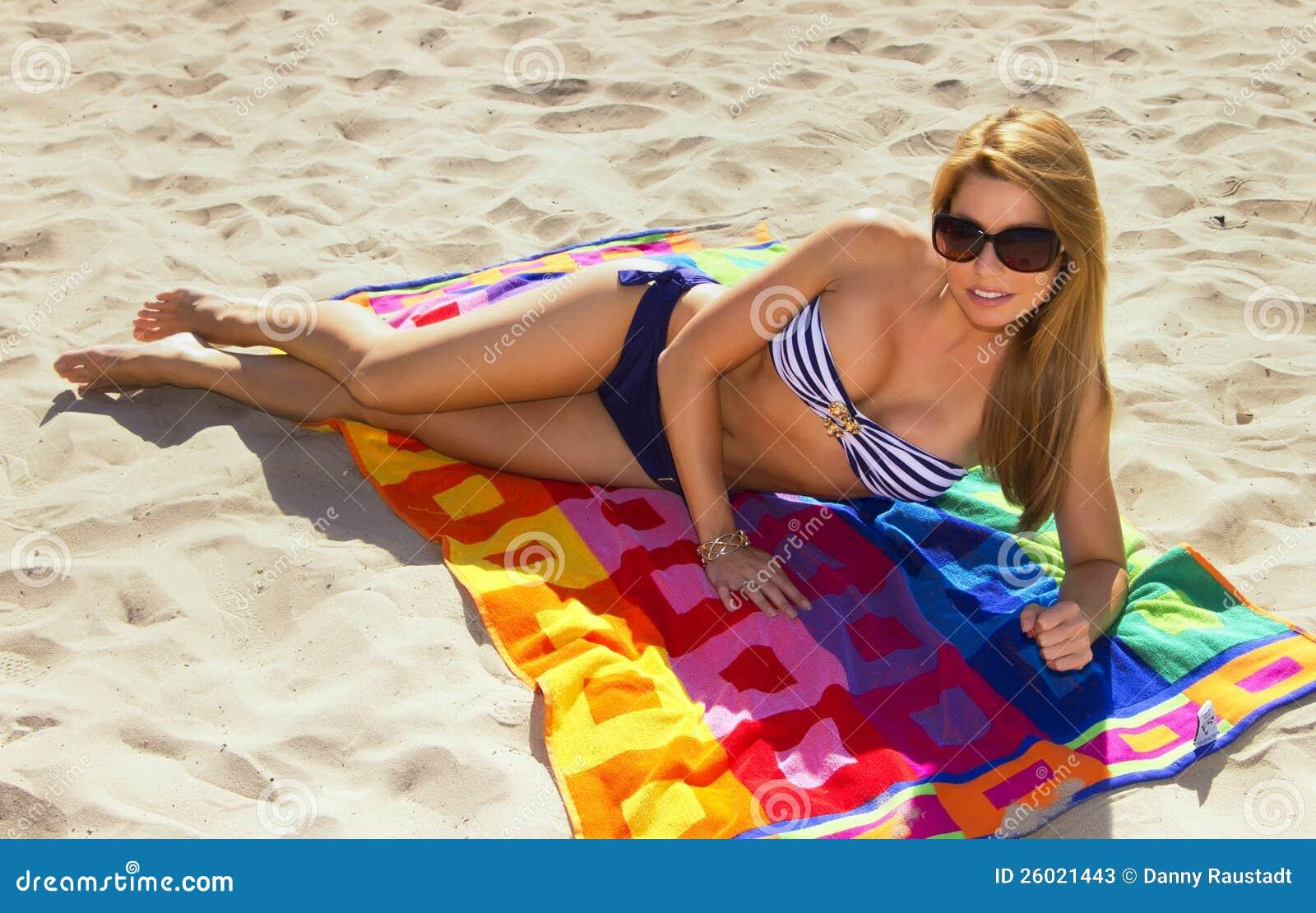 Mujer rubia linda joven vacationing en la playa