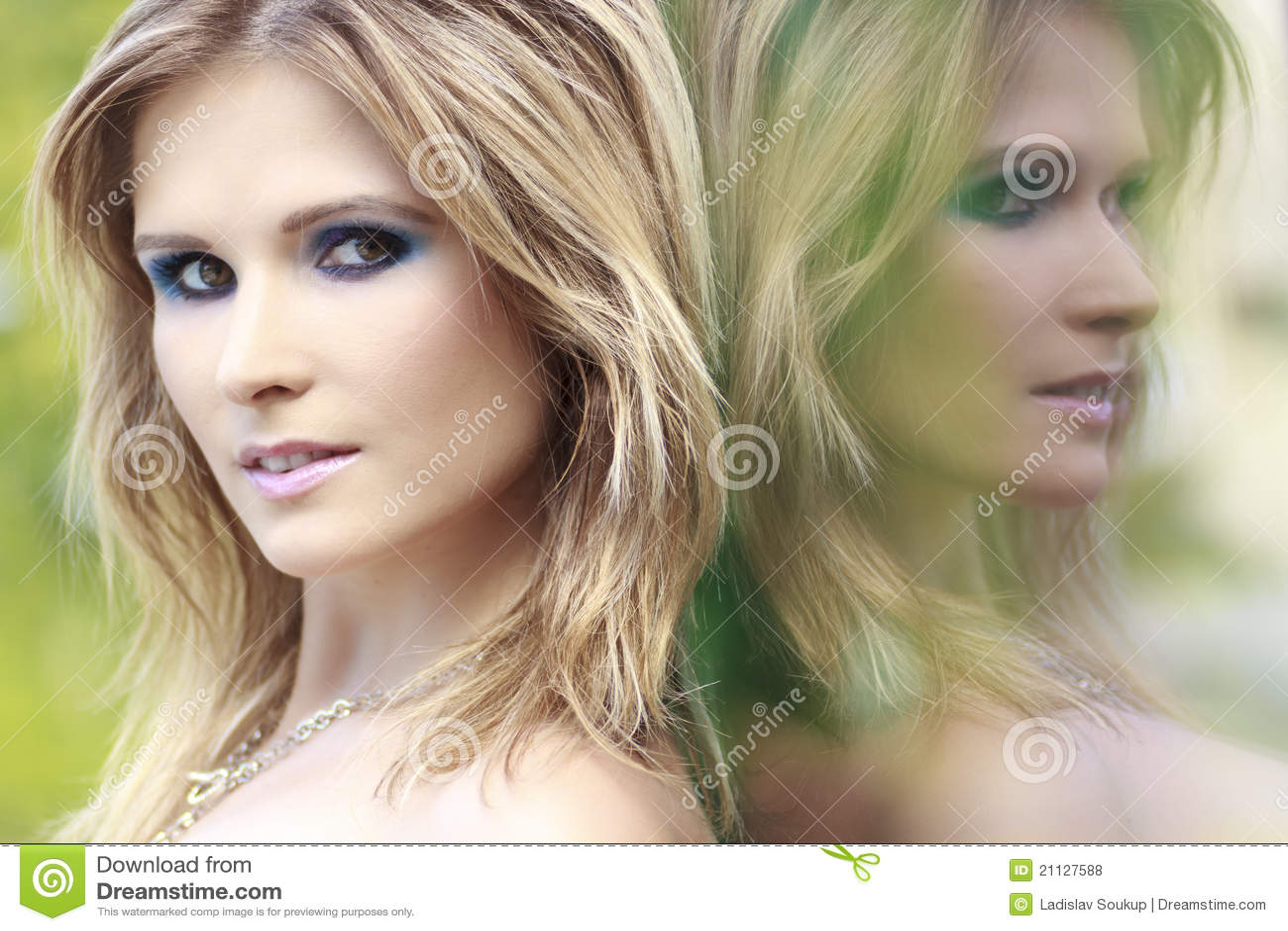 Mujer rubia y reflexión