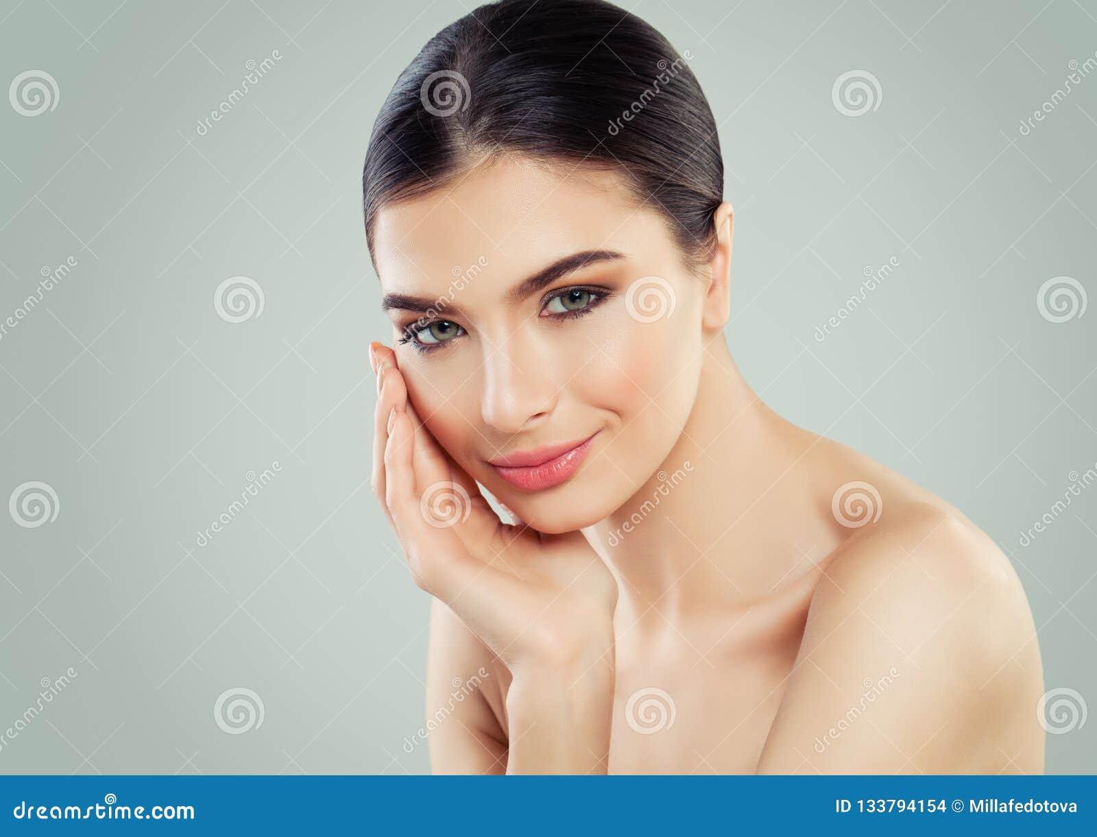 Mujer sana con el primer femenino perfecto joven de la cara de la piel clara