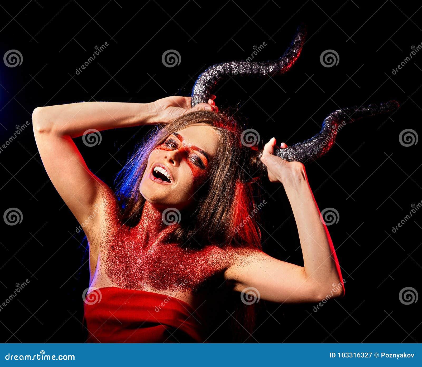 Mujer satan enojada ritual de la magia negra en infierno en Halloween