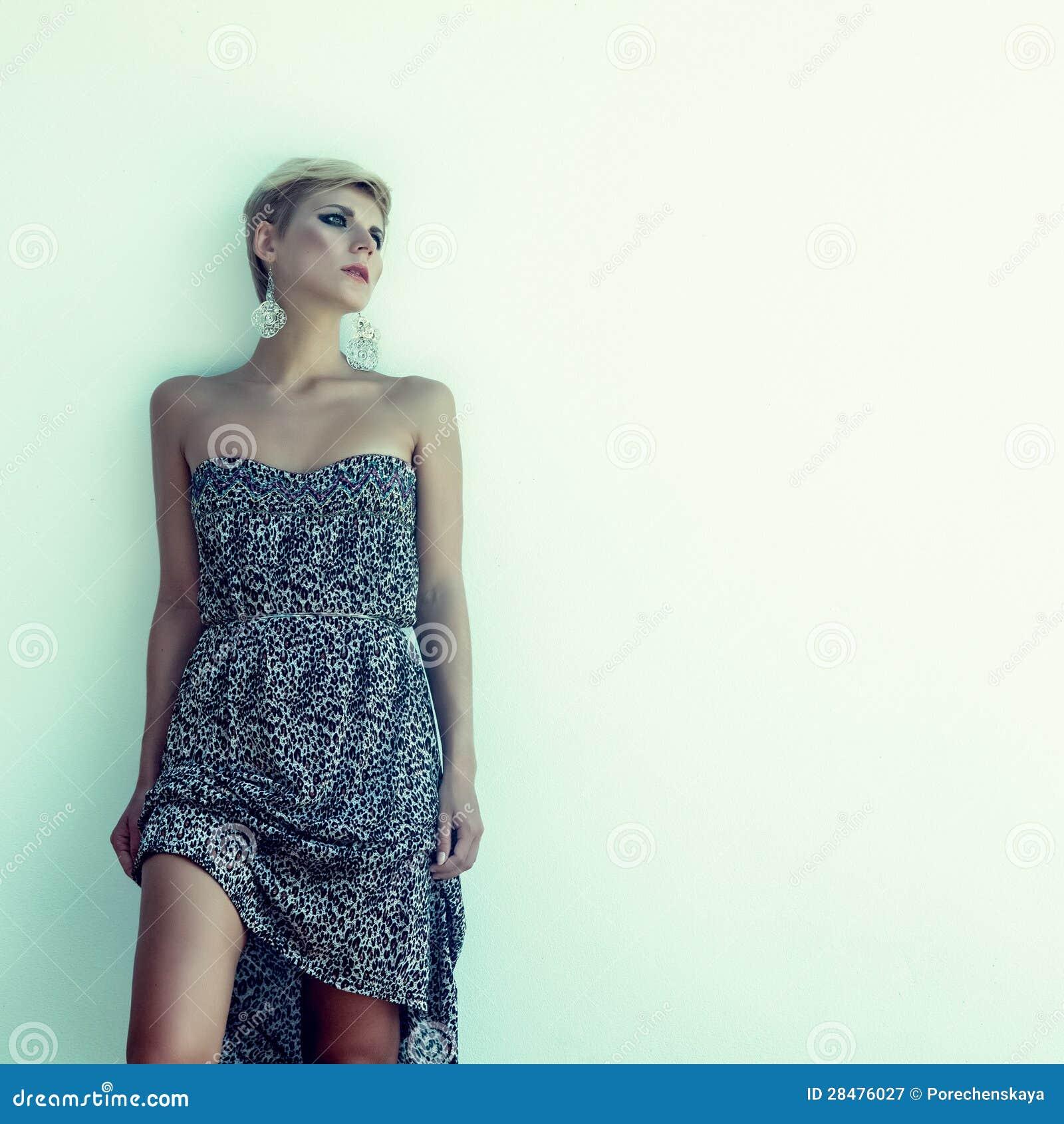 Mujer sensual contra una pared