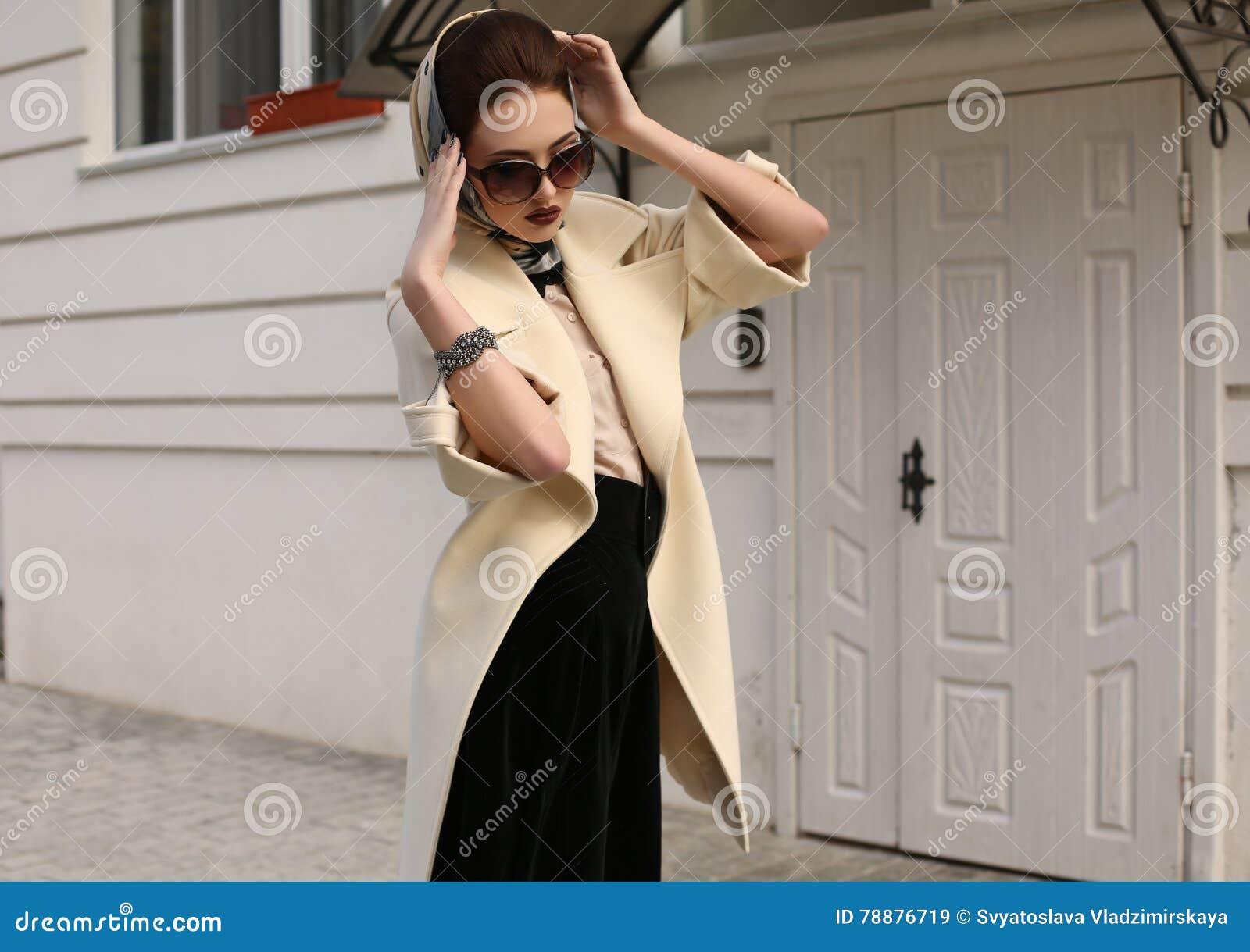8be47e082 Forme la foto al aire libre de la mujer sensual magnífica con el pelo oscuro  en bufanda lujosa elegante del capa