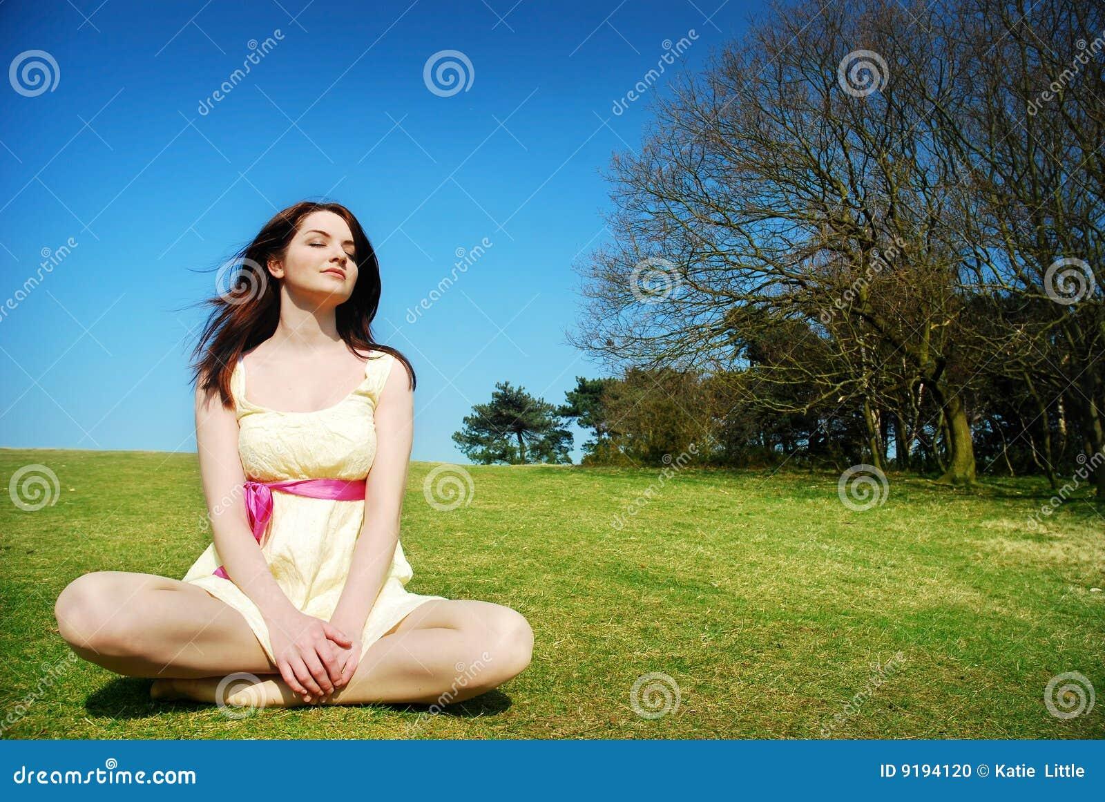 Mujer serena en campo