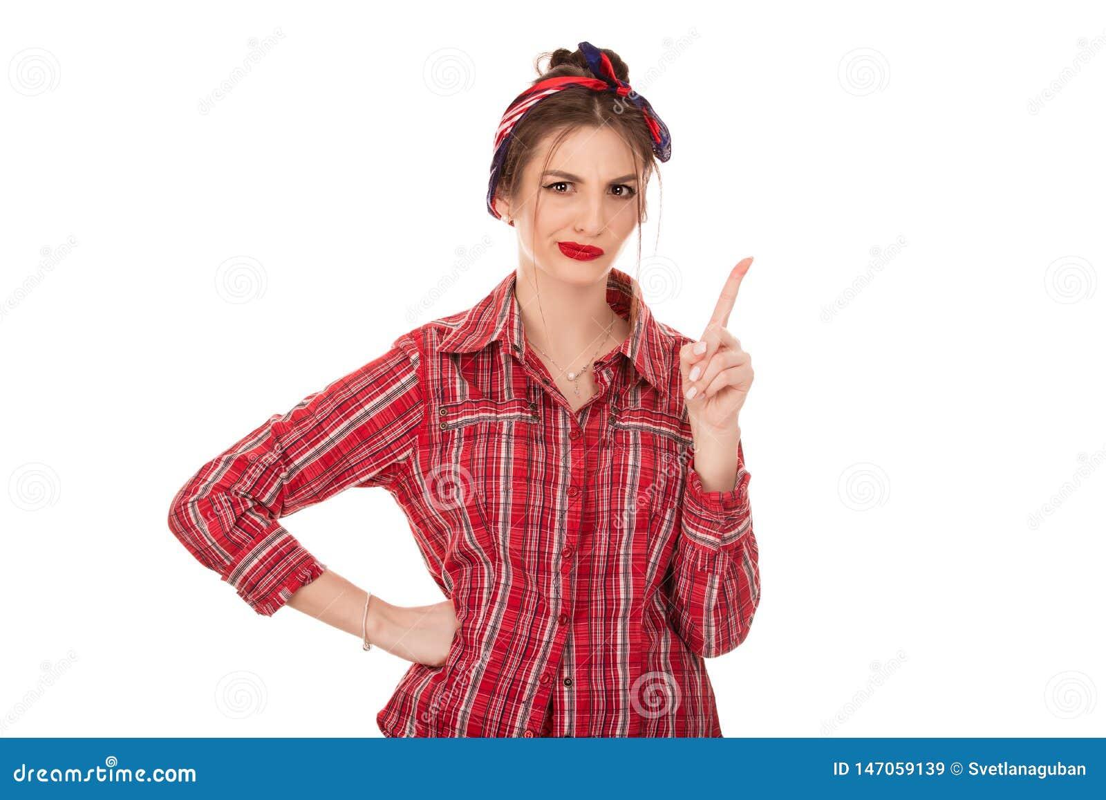 Mujer seria que aumenta el finger encima de no gesticular una ninguna muestra