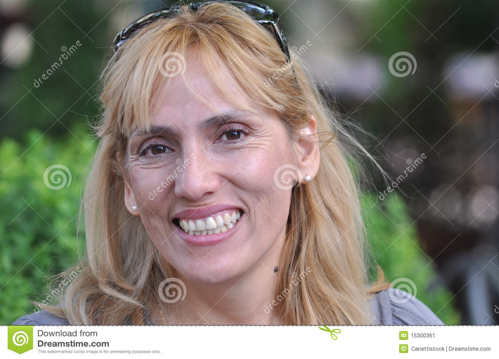 Mujer sonriente de la Medio-edad