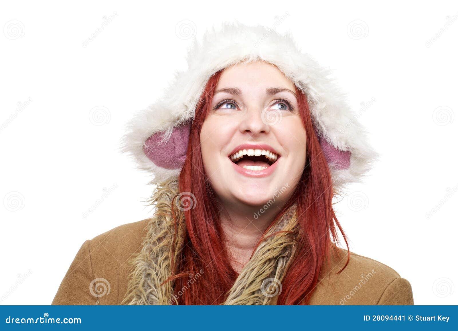 Mujer sonriente feliz en ropa del invierno