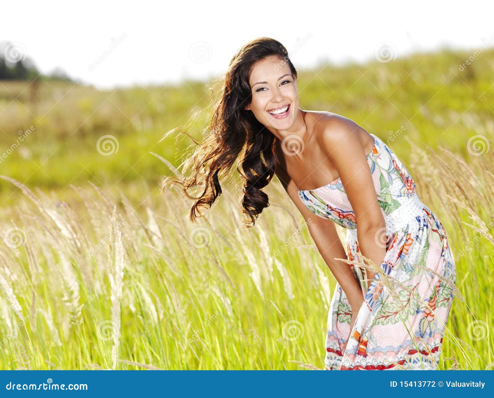 Mujer sonriente hermosa joven al aire libre