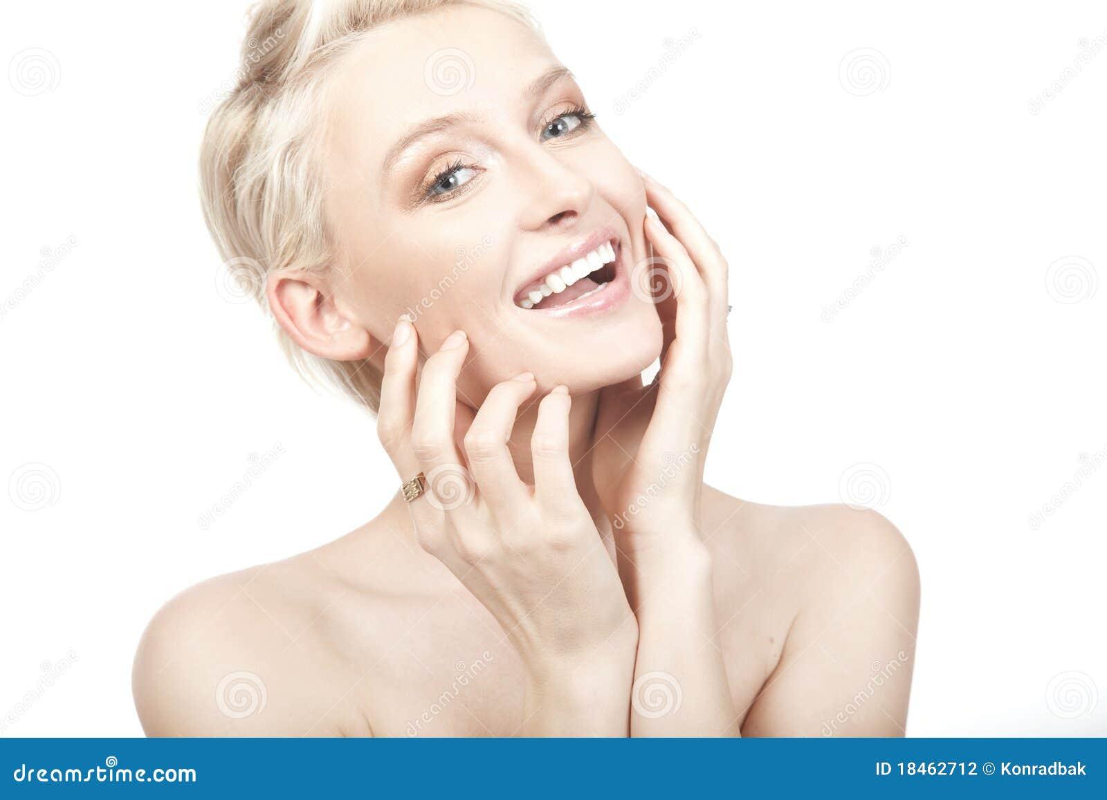 Mujer sonriente joven hermosa.