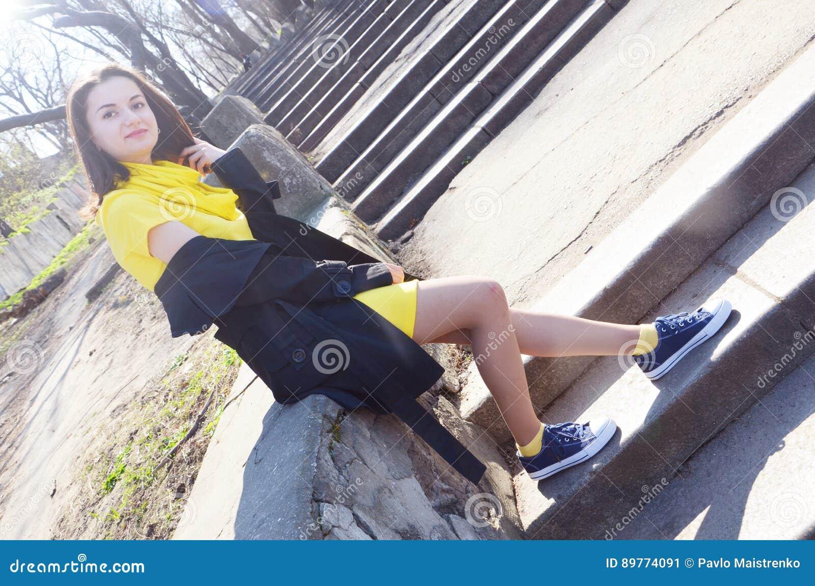 Mujer negra con vestido amarillo
