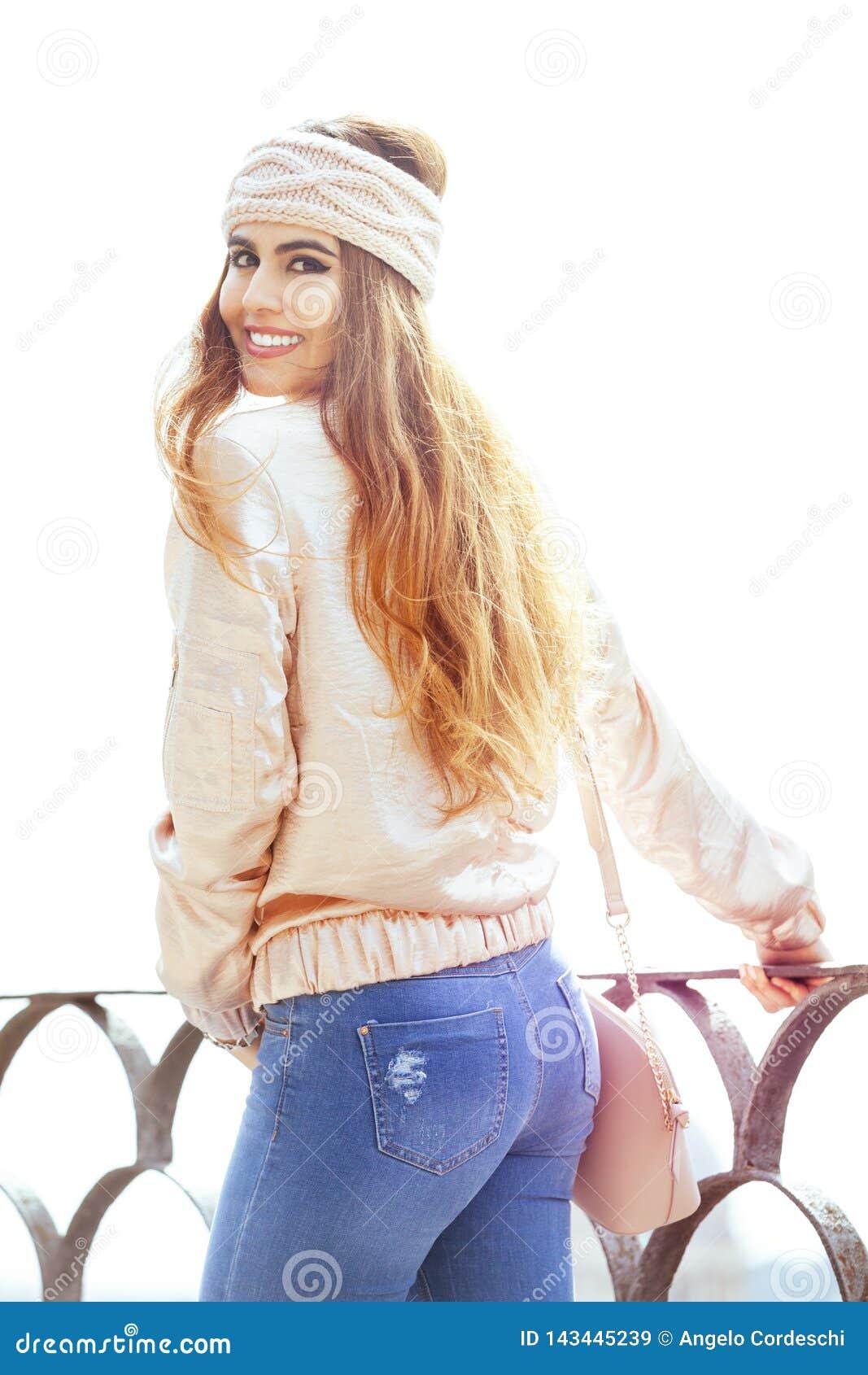Mujer sonriente joven hermosa Ropa del ` s de las mujeres Al aire libre en la ciudad
