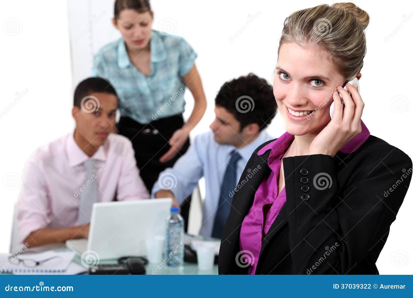Mujer sonriente que toma una llamada