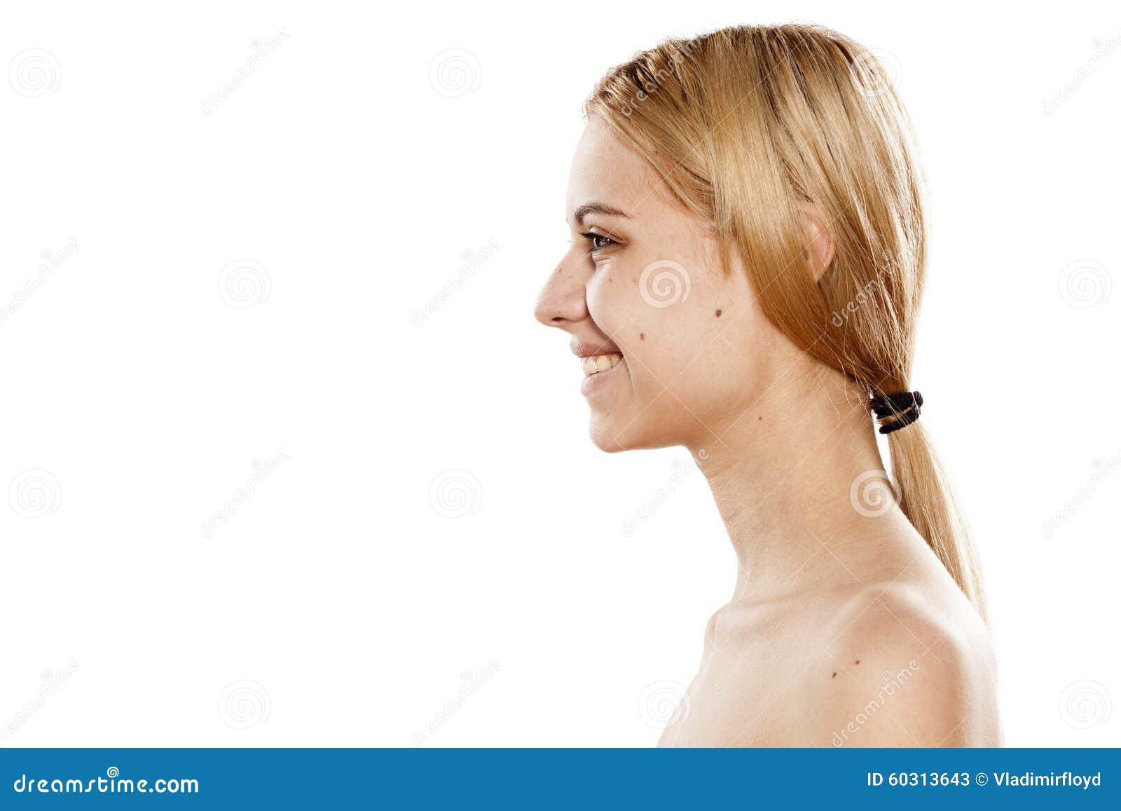 Mujer sonriente sin maquillaje