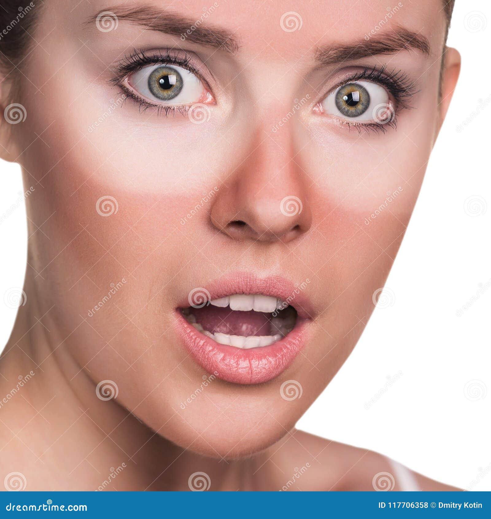 Mujer sorprendida jóvenes con la cara bronceada