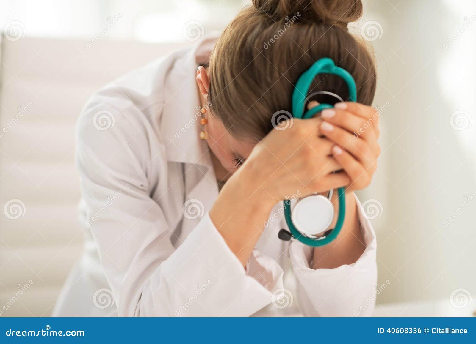 Mujer subrayada del médico en oficina