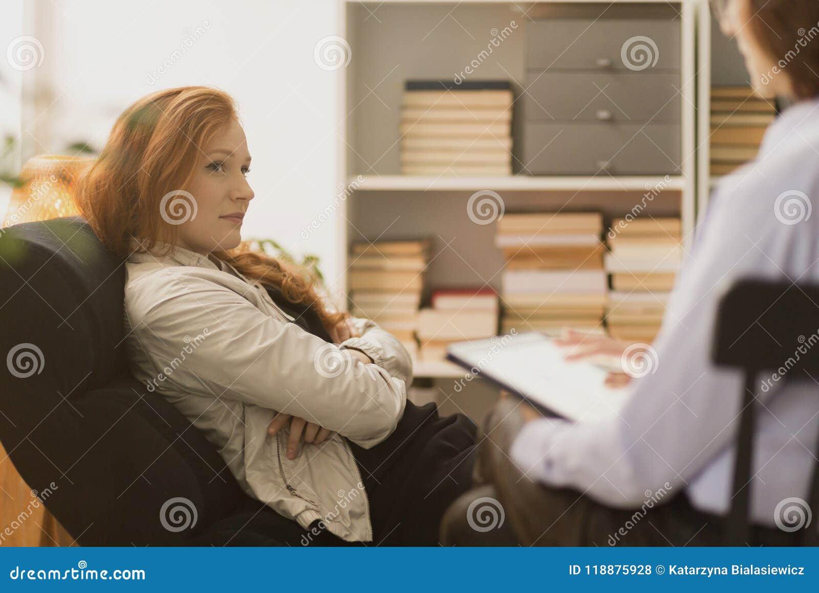 Mujer subrayada durante terapia