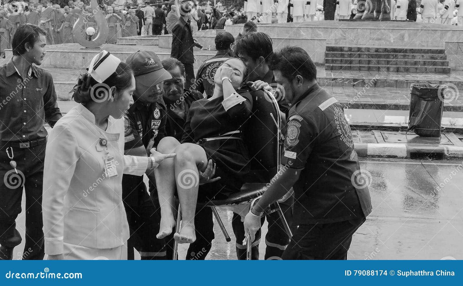 Mujer tailandesa débil durante ceremonia de luto