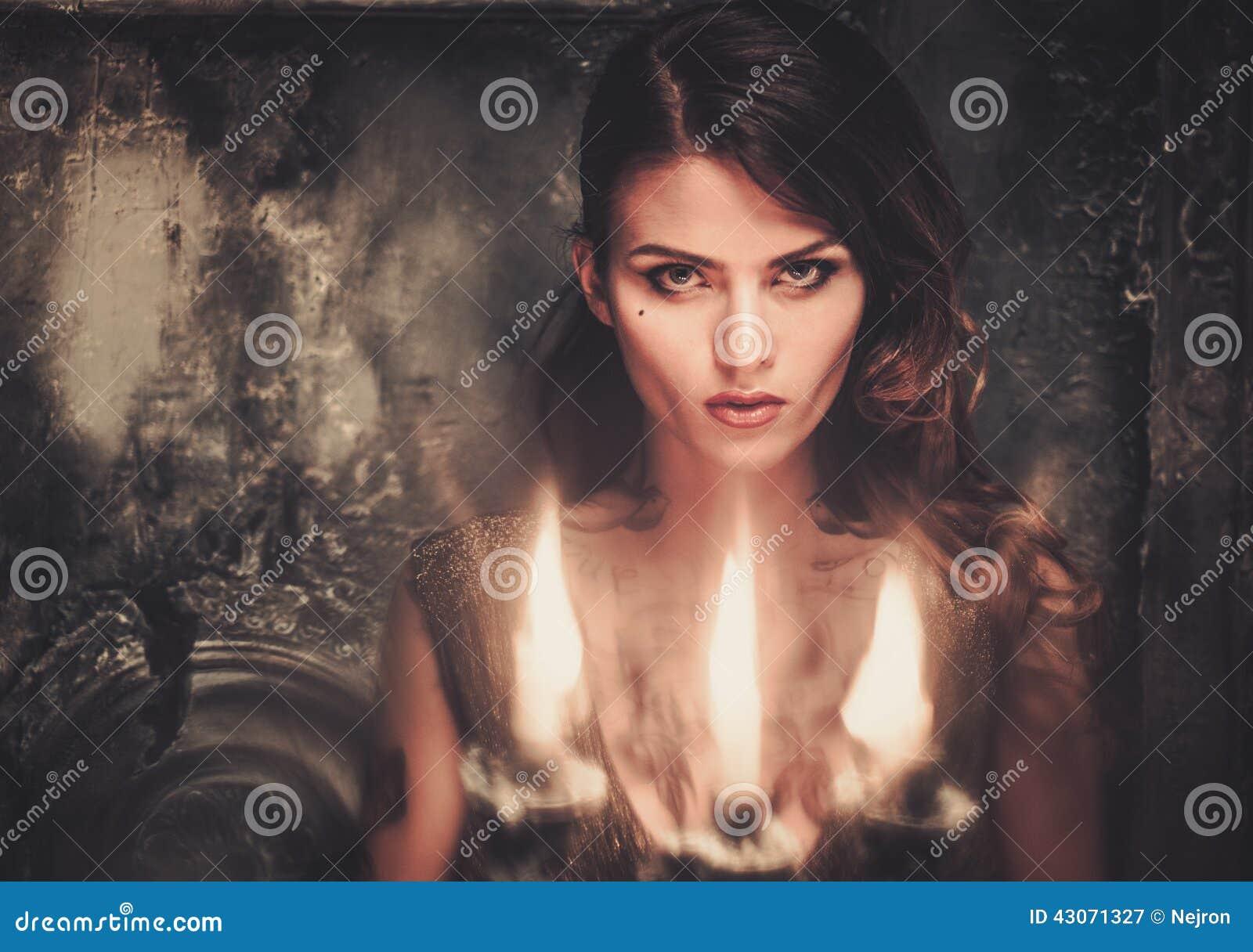 Mujer tatuada en interior fantasmagórico
