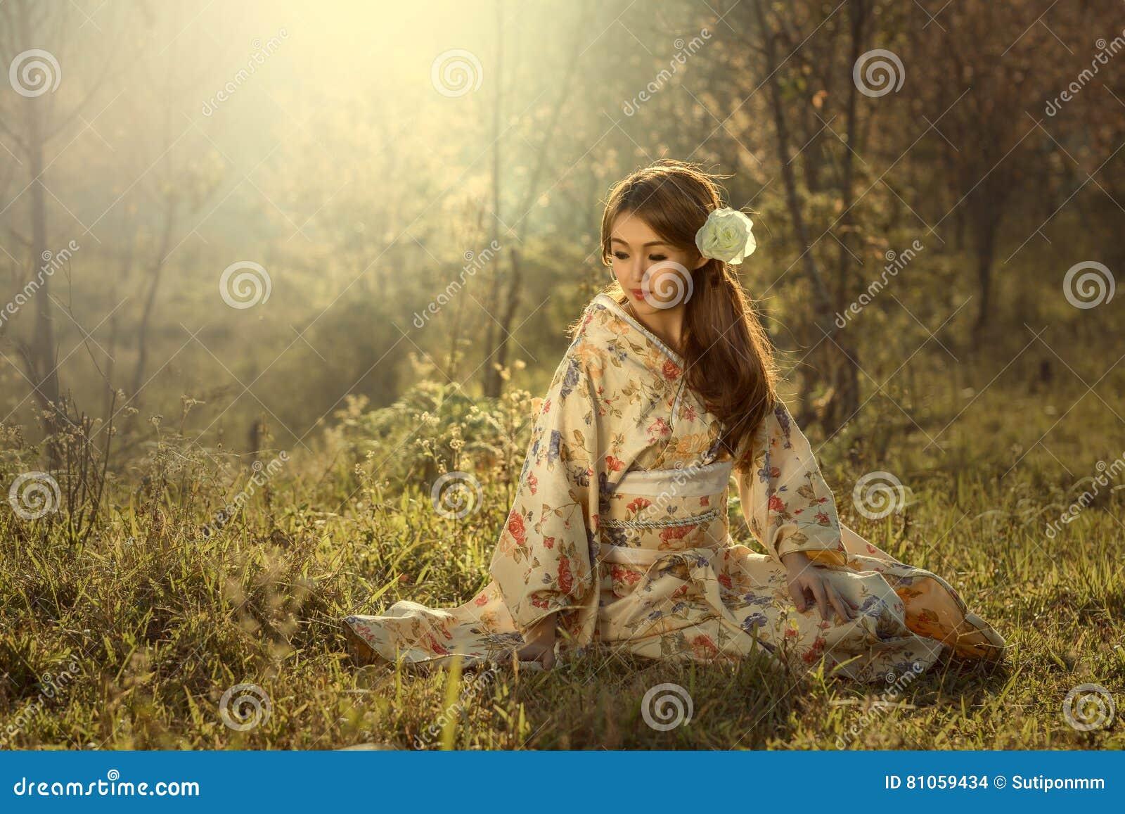 1e0c90f3b Mujer tradicional foto de archivo. Imagen de parasol - 81059434