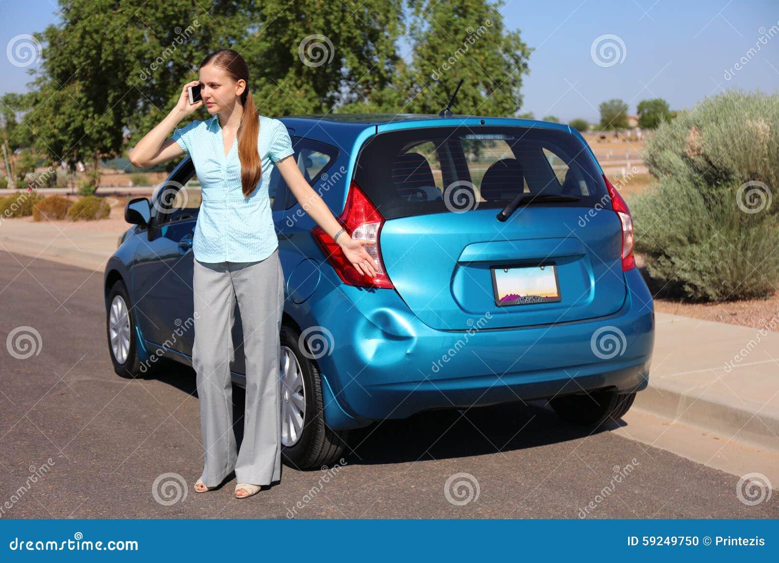 Mujer trastornada después del accidente de tráfico
