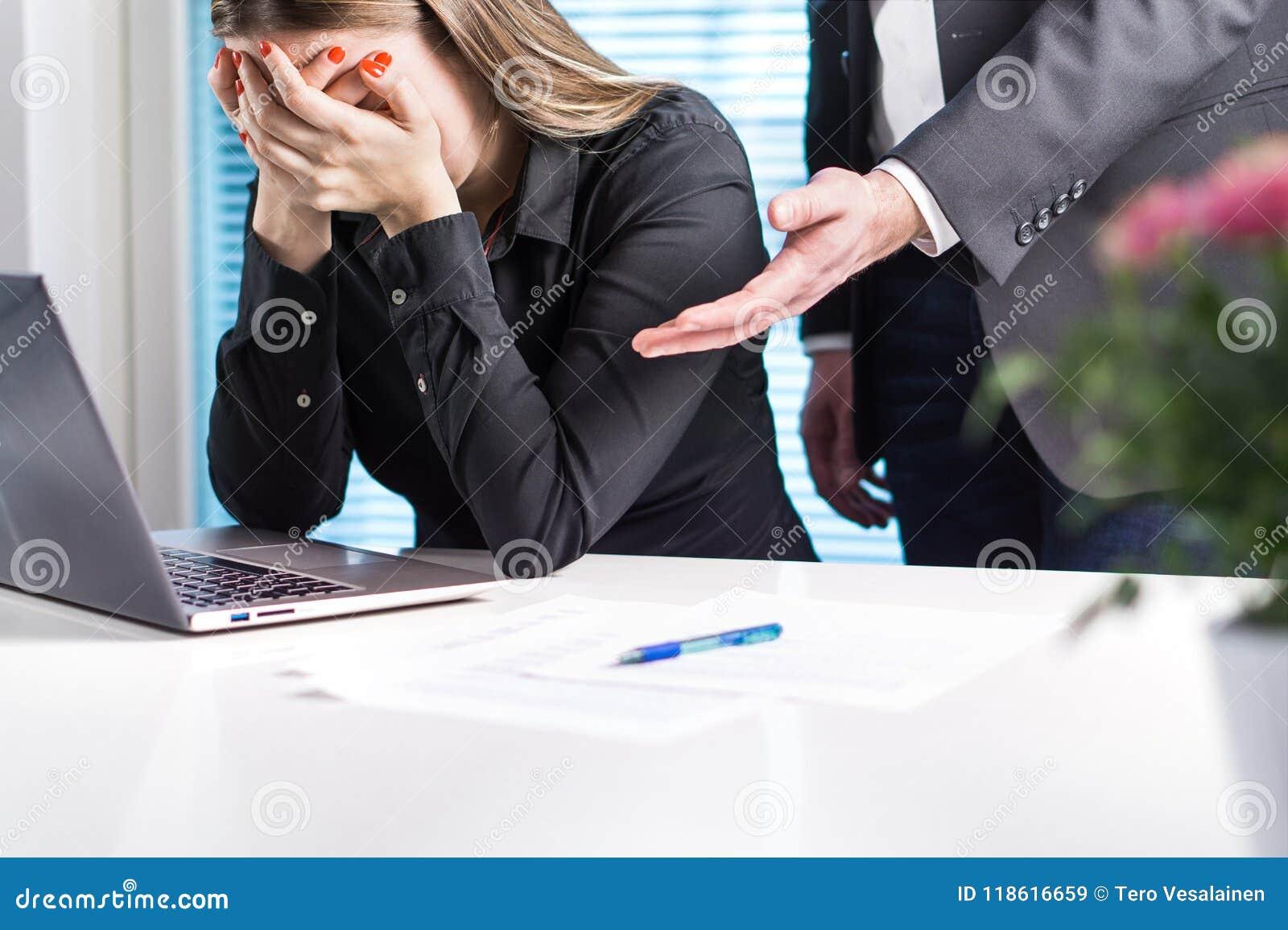 Mujer trastornada que llora en oficina El conseguir encendido de trabajo