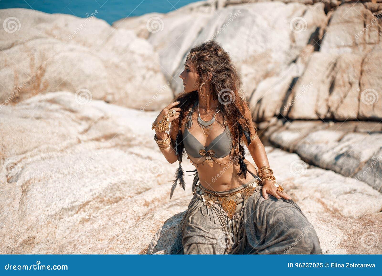 Mujer tribal en las rocas