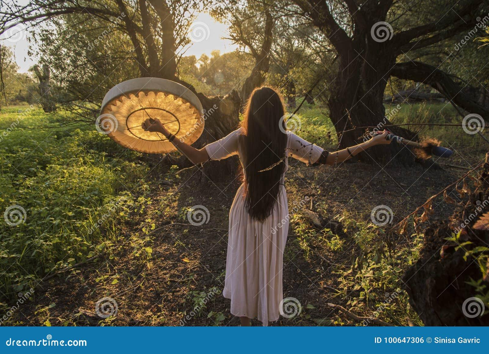 Mujer tribal moderna