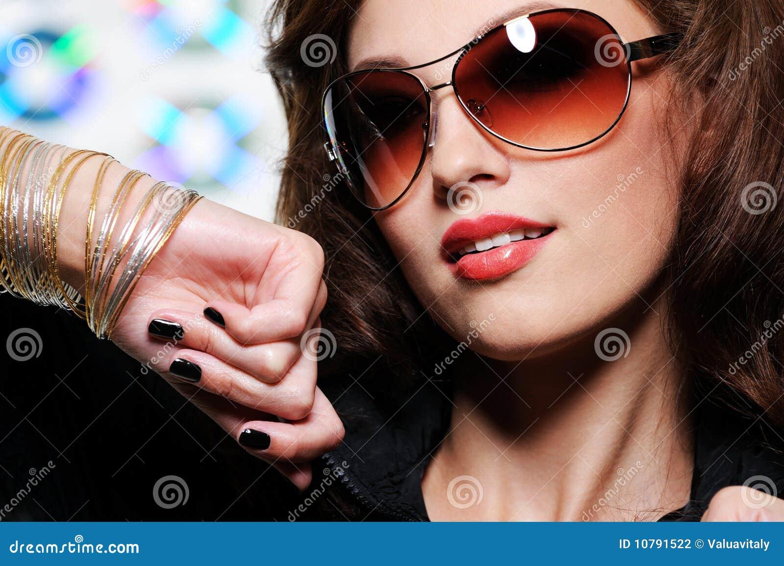 Mujer triguena en gafas de sol de la manera