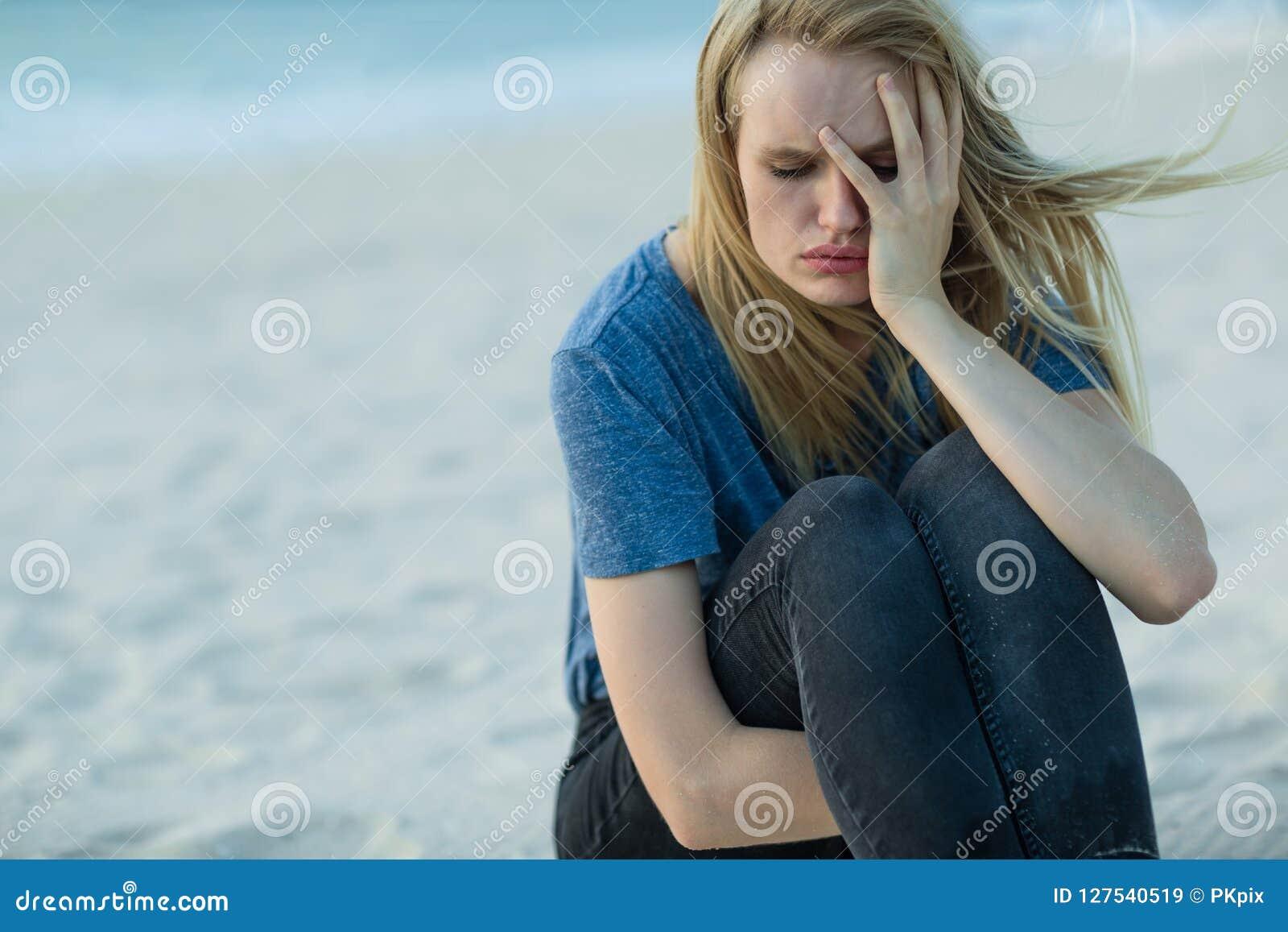 Mujer triste al aire libre