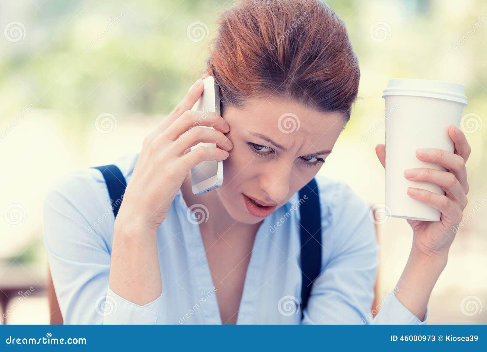 Mujer triste, escéptica, infeliz, seria trastornada que habla en el teléfono