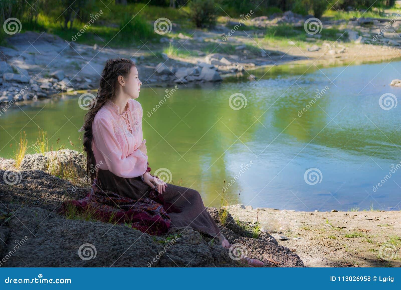 Mujer triste joven hermosa, vestida en el estilo de Boho