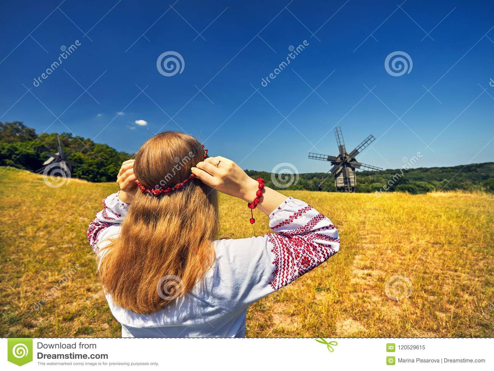 Mujer ucraniana en traje étnico