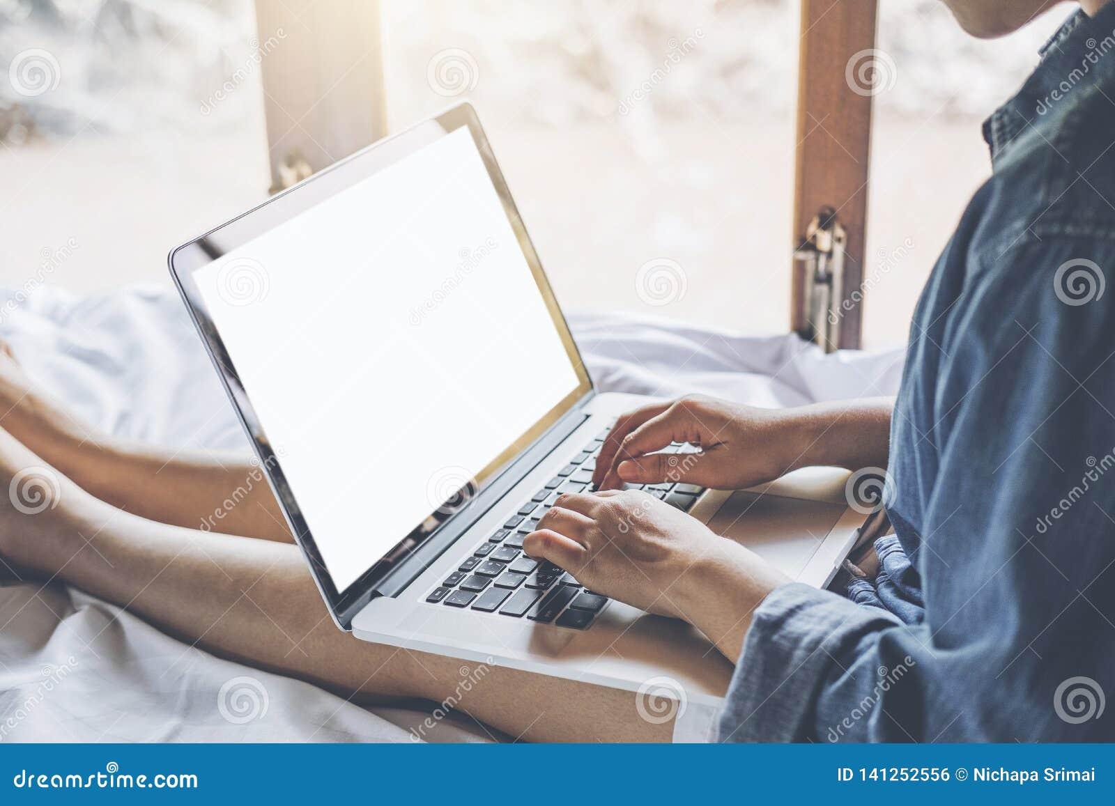 Mujer usando red social del trabajo del ordenador portátil que hace compras en línea en casa