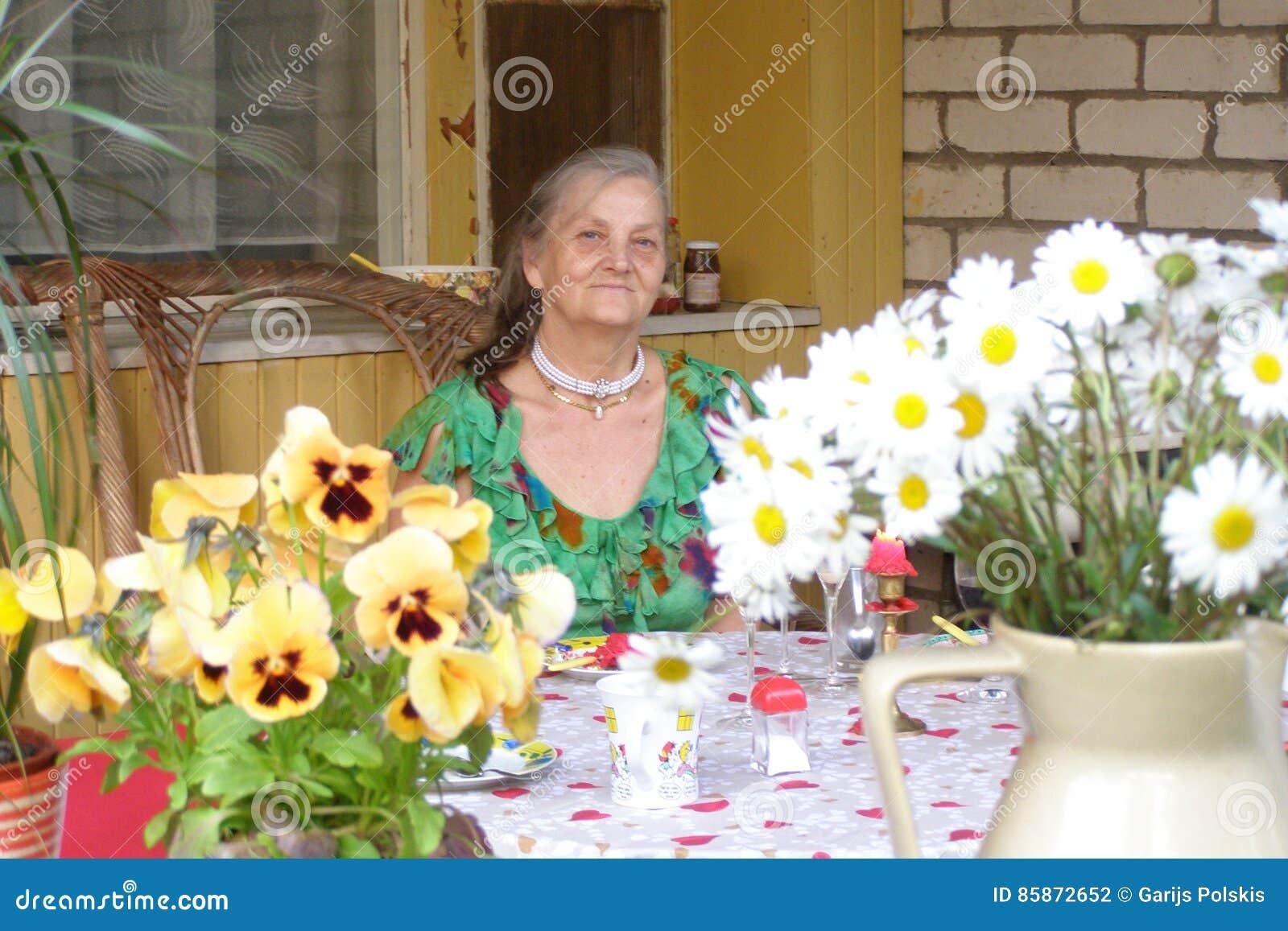 Mujer Viejo Envejecida Terraza Casa De Campo Manzanillas