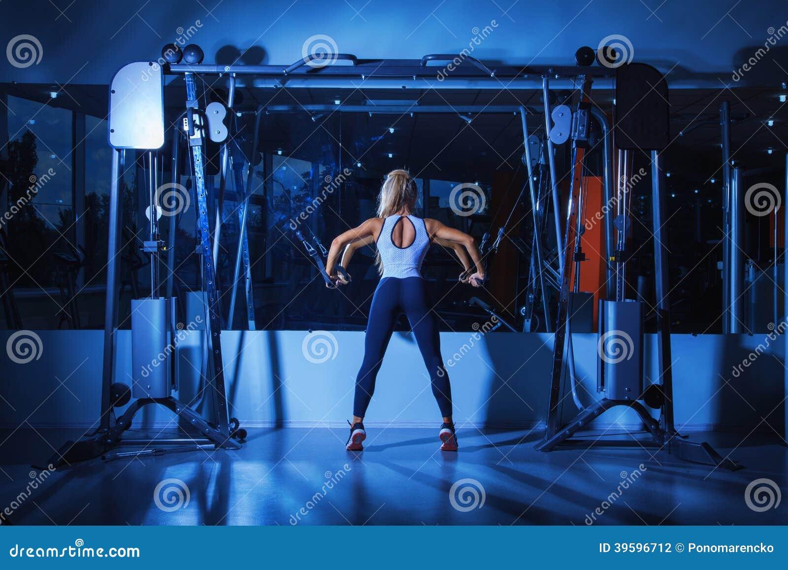 Mujer voluptuosa que hace ejercicios en gimnasio foto de for Gym mas cercano