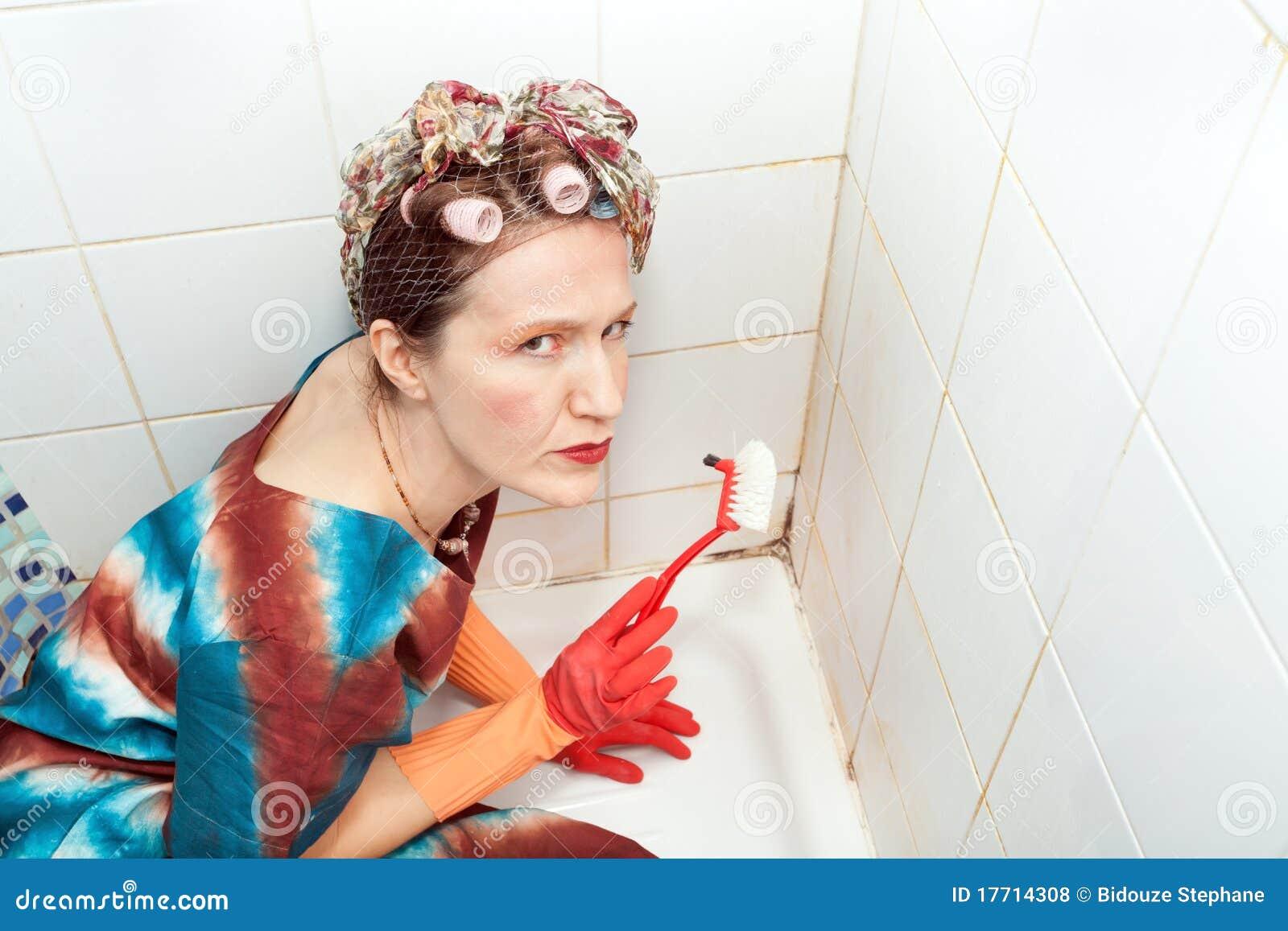 Imagenes De Baño Sucio:Woman Cleaning Bathroom